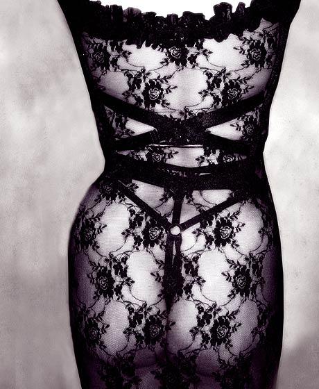 harnais Bordelle et robe en dentelle transparente