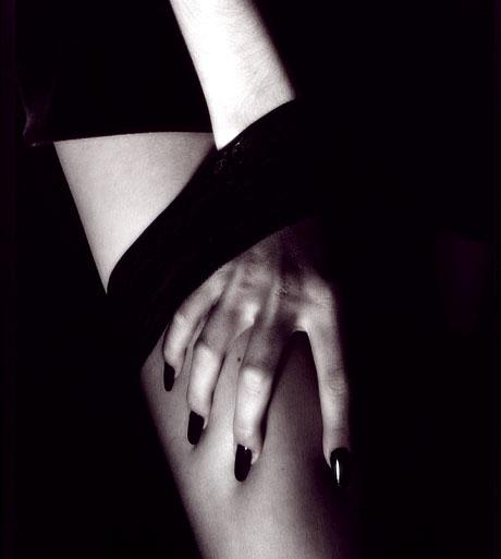 main féminine sous un bas