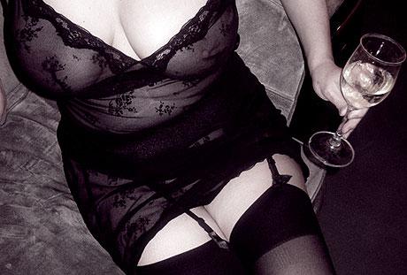 femme en dentelle transparente et porte-jarretelles