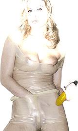 femme en latex transparent