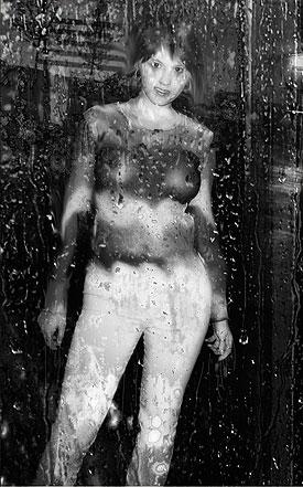 tenue femme transparente sous la pluie