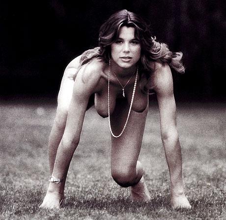 femme nue à quatre pattes dans l'herbe - Photo Jacques Bergaud