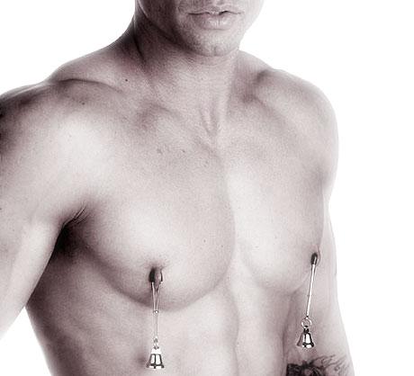Les hommes aussi apprécient les pinces à seins